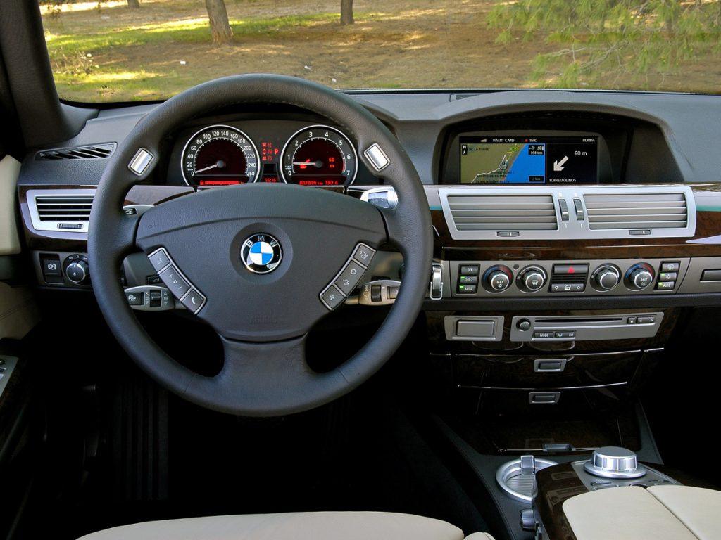 BMW E68 kokpit