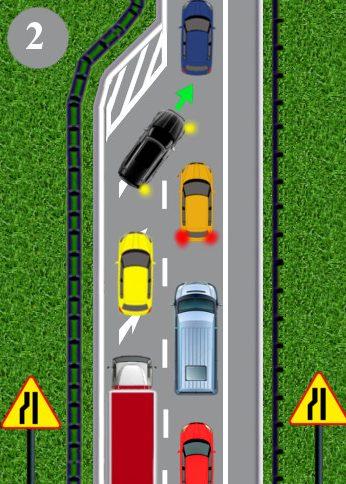 Kierowca niebieskiego samochodu ma obowiązek umożliwić zmianę pasa ruchu zielonemu autu, które znajduje się bezpośrednio przedzwężeniem jezdni. Kierowca niebieskiego pojazdu przepuszcza zatem zielony samochód ijedzie zanim.